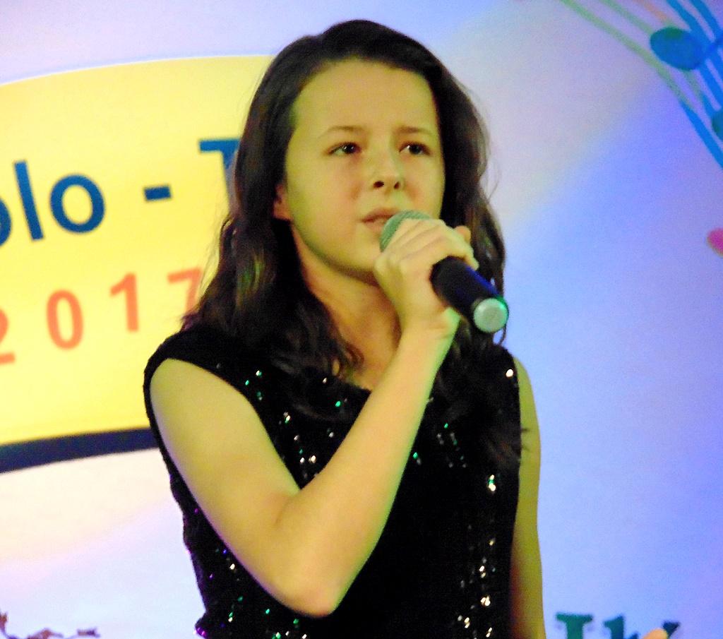 wokalistki-na-podium-konkursu-piosenki-ola-1.jpg