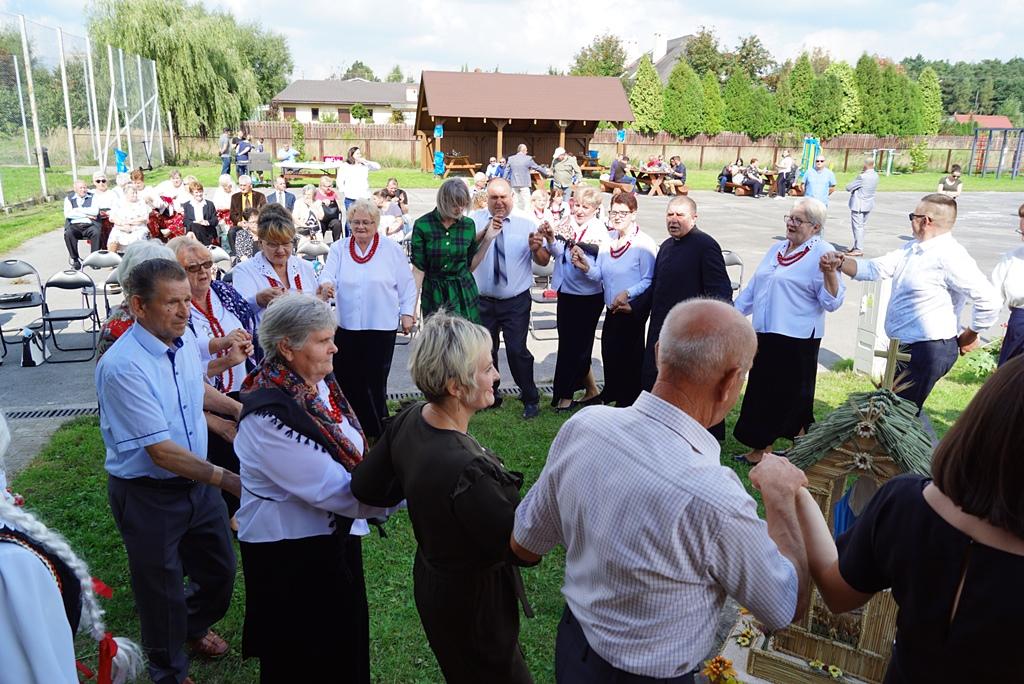 dozynki-gmina-brody-adamow-2021-taniec-spiewy-tradycje-33.JPG